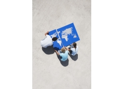 人物与世界地图拼图