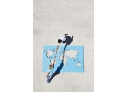 跨过世界地图牵手的人