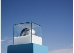 玻璃框内的白色泡沫与灰色地球