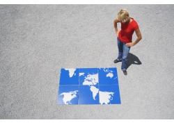 沉思的外国女人与世界地图拼图