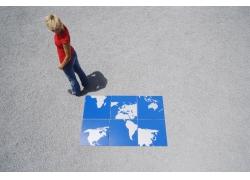 红衣女子与世界地图拼图