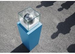 人物影子与玻璃框内的地球