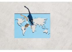 跨越世界地图的外国男人