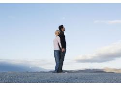 背对背享受自然的外国情侣图片