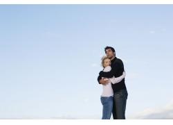 深情拥抱的外国情侣图片素材