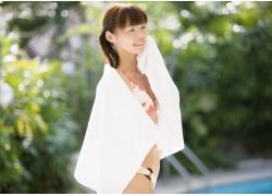 披上浴巾的比基尼美女图片图片