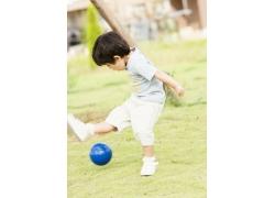 踢足球的可爱小男孩