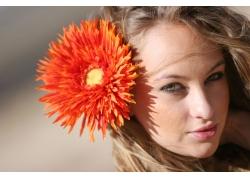 头上插花的外国美女图片素材