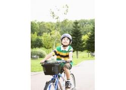 骑车的可爱小男孩