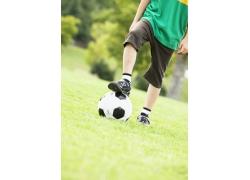 玩足球的可爱小男孩