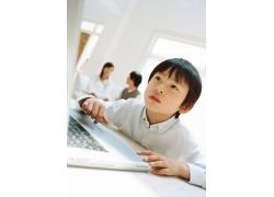 学习电脑的儿童图片素材