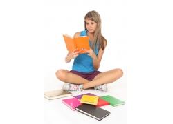 坐着看书的女孩图片
