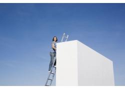 爬楼梯的外国女人图片素材