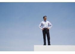 站在高处的男人图片