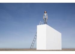 站在高处的女人图片素材