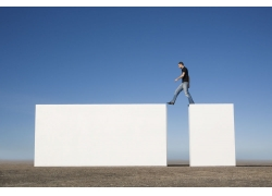 跨越的外国男人图片素材