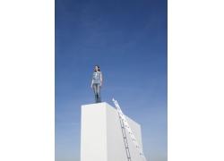 站在高处微笑的女人图片