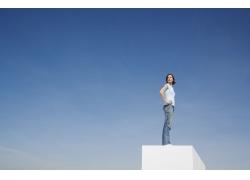 站在高处的外国女人图片