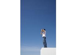 望远镜男人图片