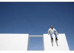 坐在高处的外国男人图片