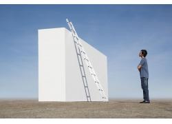 梯子与男人摄影图片