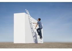爬梯子的男人图片