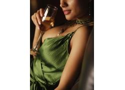 喝红酒的外国美女