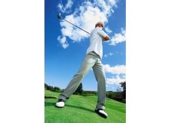 打高尔夫球的外国男人