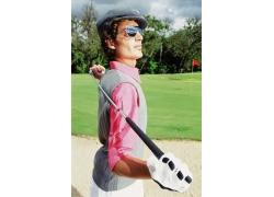拿着高尔夫球杆的外国男人