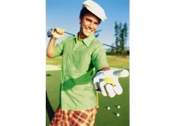 拿着高尔夫球和球杆的男人