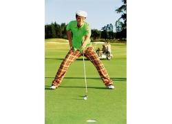 打高尔夫球的时尚男人