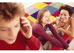聚在一起玩耍的年轻人