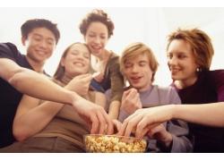 吃爆米花的年轻男女