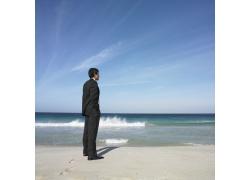 海滩上的成功男人