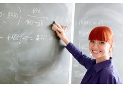 擦黑板的老师