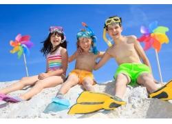 沙滩上的小孩子与风筝图片