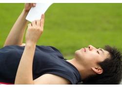 躺着看书的男人