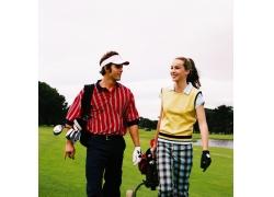 高尔夫球场上的男女