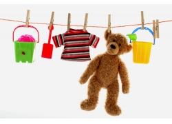 晾起来的玩具与衣服