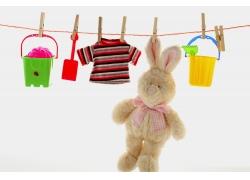 晾绳上的玩具和衣服