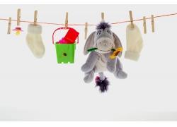 晾绳上的玩具和袜子