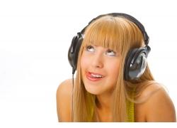 听音乐的时尚女孩图片