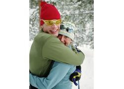 雪地上拥抱的夫妻图片