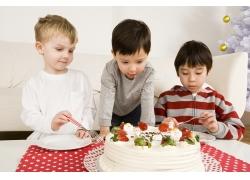 吃圣诞蛋糕的儿童