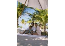 沙滩上的外国家庭图片