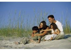 海滩上玩耍的外国家庭图片