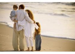 海滩上温馨幸福的家庭图片