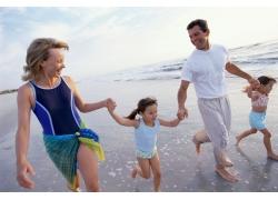 海滩散步的幸福家庭图片