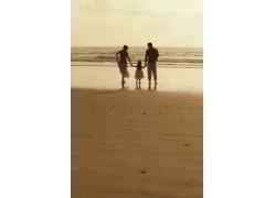 海滩上的幸福家庭
