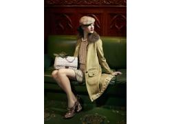 手拿包的时装模特